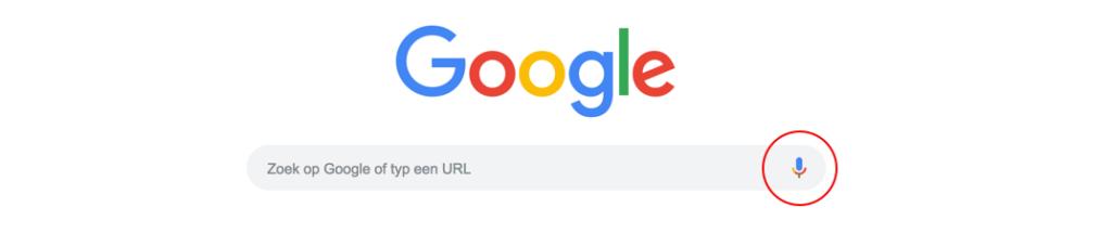 Google Voice Search kan je activeren door op het microfoontje te klikken, of door een 'wake phrase'.